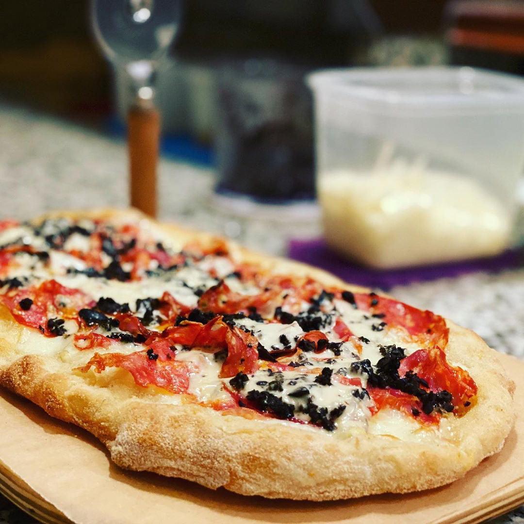 pinsa salame, crema gorgonzola, granella di oliveN